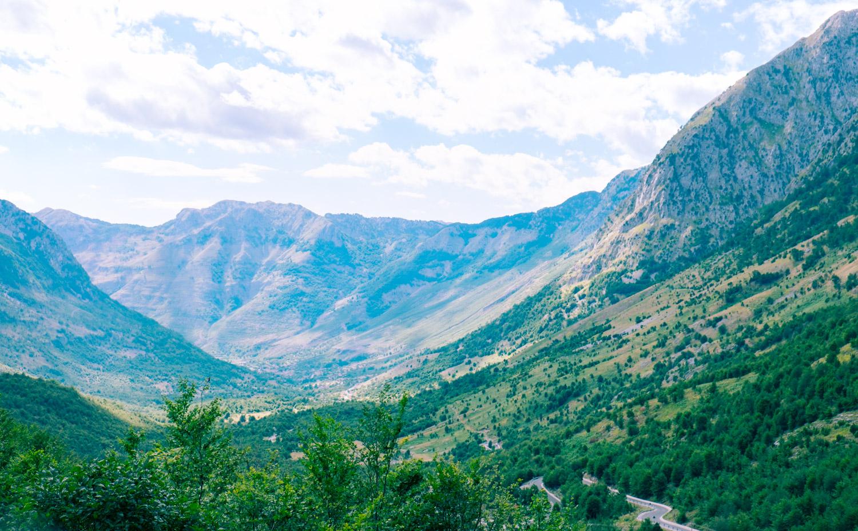 Jakten på äventyr bland bergen i nationalparken Theth, Albanien