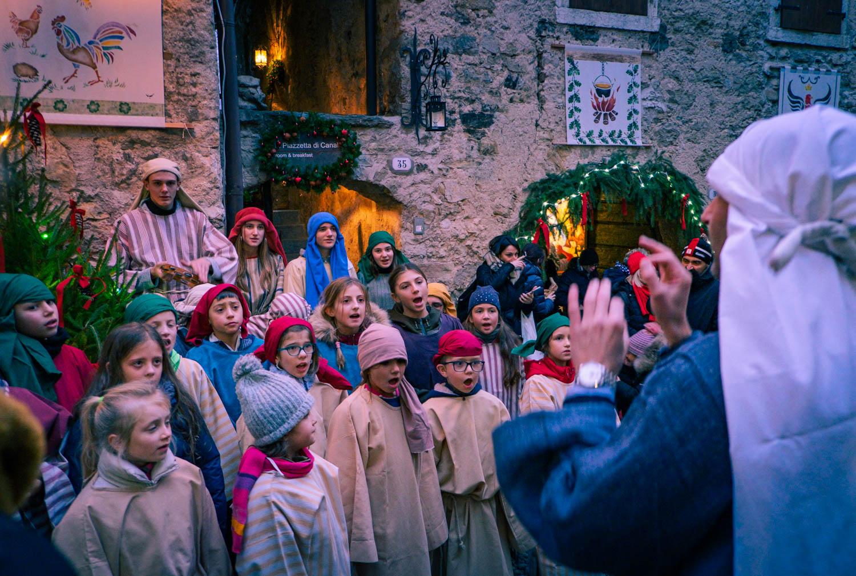 Barnkör på julmarknad i Canale di Tenno