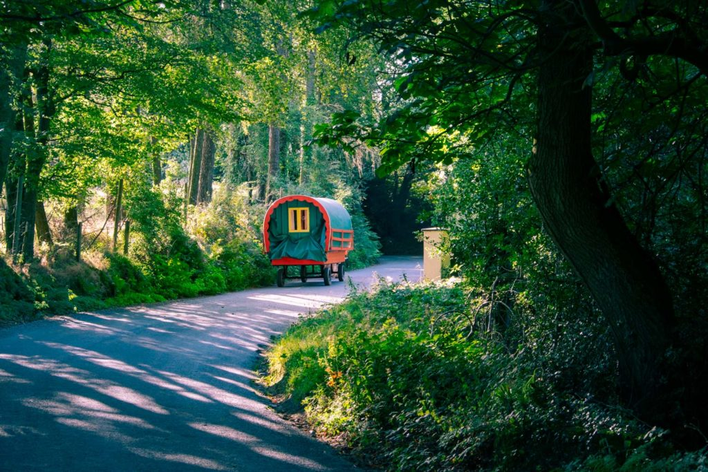 Färgglada trävagnar på Irland.