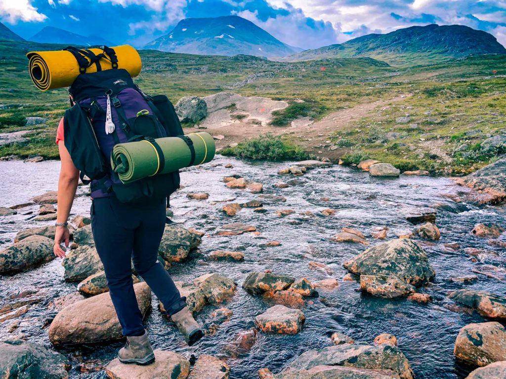 Vadning under vandring längs med Kungsleden från Abisko till Nikkaluokta