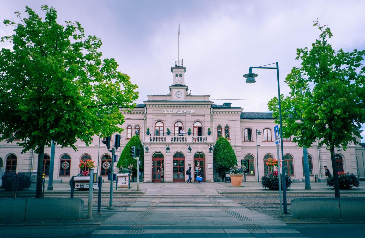 Bo i en tågstation i Norrköping