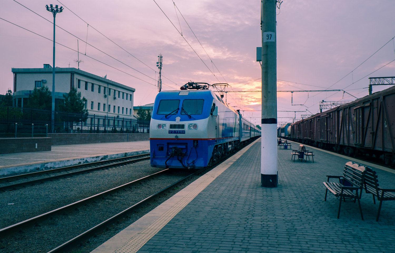 Tågstationen i Samarkand – tåg längs med Sidenvägen i Uzbekistan.