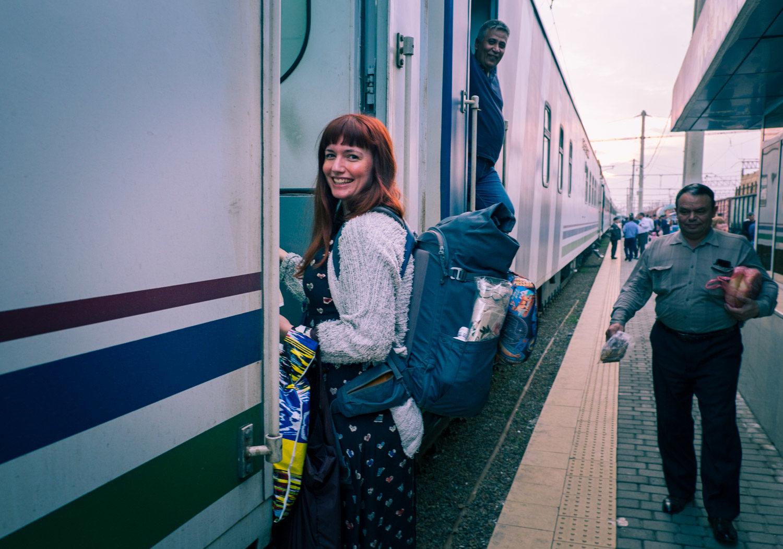 Katarina kliver på tåget i Samarkand, Uzbekistan.