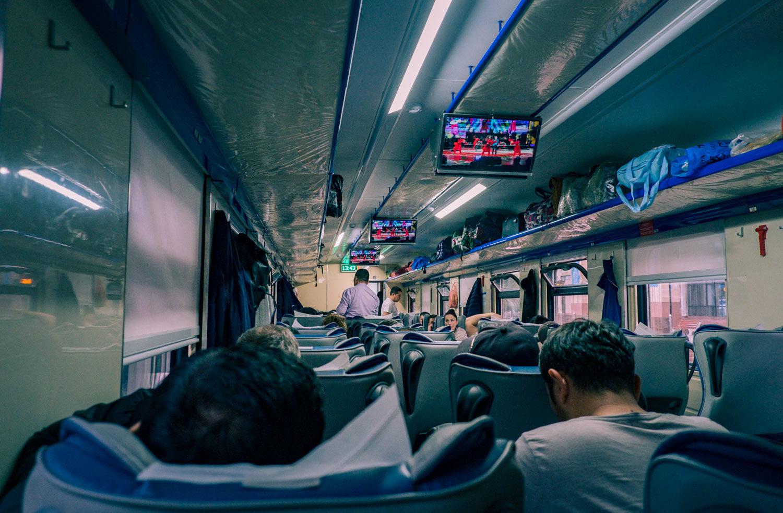 Inuti ett tåg längs med Sidenvägen i Uzbekistan.