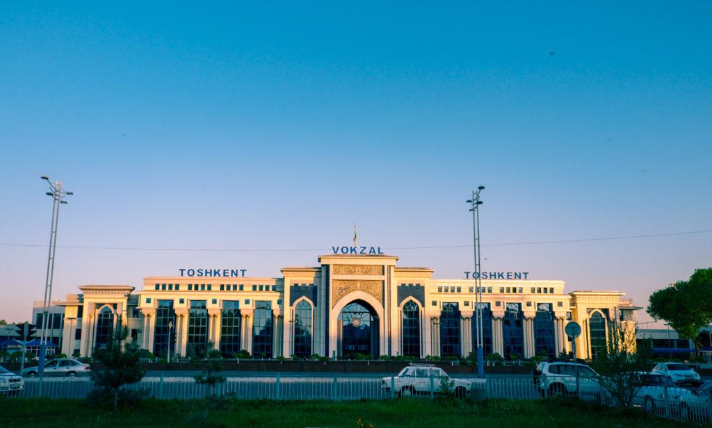 En tågstation i Uzbekistan – Tasjkent tågstation.