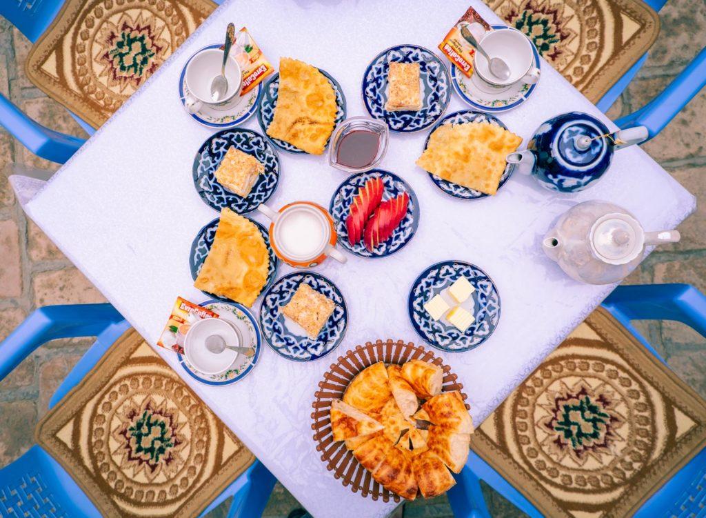 Frukost på vårt hostel i Buchara.