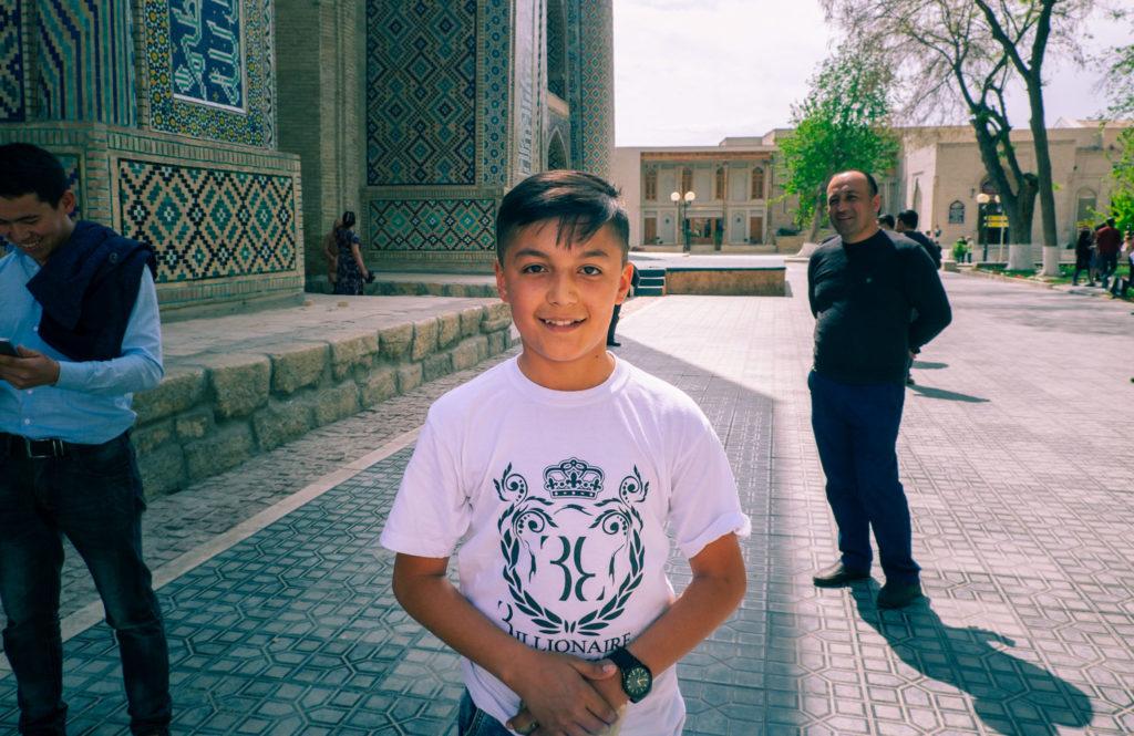 Uzbekisk pojke vid Labi-hauz i Buchara i Uzbekistan