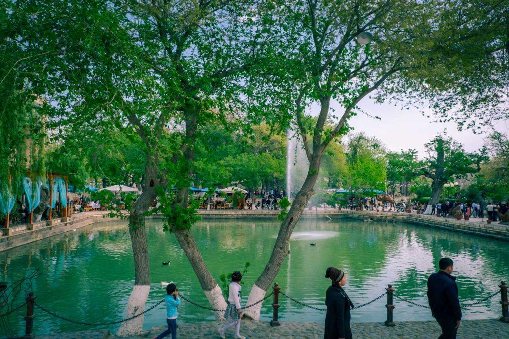 Frodiga och folkliga Labi-hauz i Buchara i Uzbekistan